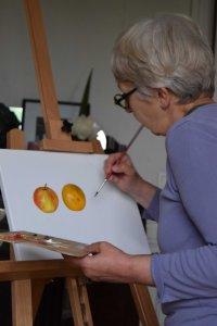 Catherine réalisant sa première peinture à l'huile